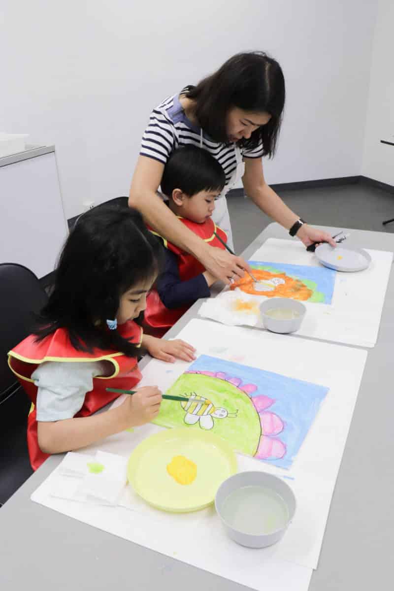 Les Petits Painters' very own Teresa Carlos guiding preschoolers at art class. | LesPetitsPainters.com.au
